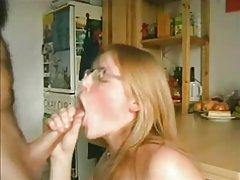 Privatni azijske pornografije Šarmantan brown-eyed plavuša stimulira bradavice