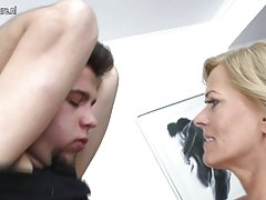 Porno tinejdžera u prirodi online milovao je sama sa njom prst