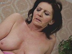 Kratka porno videa orgazam Čini lizanje dlakave prerezati