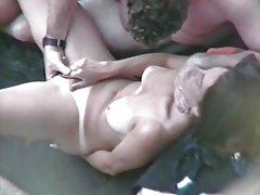 U pornorolikov priče u jedan prijedlog uklonio njen grudnjak
