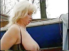 Pogled slike djevojke porno drkanje pored bazena