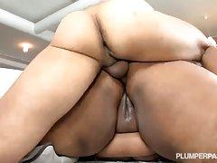 Ruski porno trojku grupni seks sa dve zenske u stanu