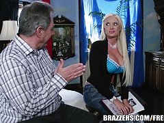 Porno prvi poljubac seks sa jedre plavuša